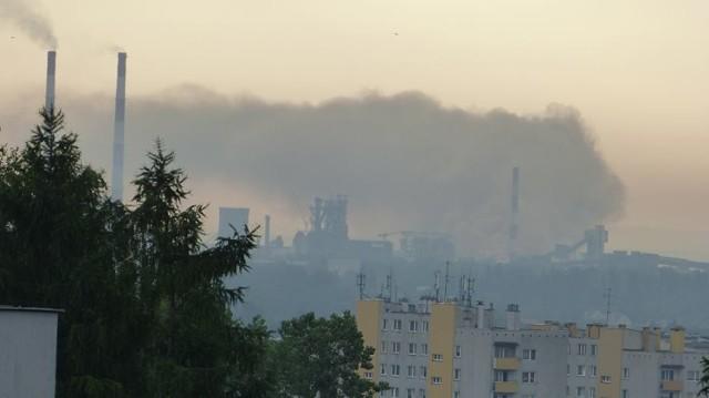 Czarny dym nad hutą nie jest czymś niecodziennym. Zdjęcie z 2016 r. wysłane przez mieszkańca do Krakowskiego Alarmu Smogowego