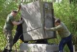 Żagański pomnik mieszkańców Pięknej Doliny znów stanął na postumencie. Zadbali o to pasjonaci historii!