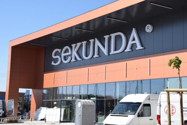 Centrum Handlowe Sekunda w Jędrzejowie dwa dni przed otwarciem. Trwają ostatnie szlify.