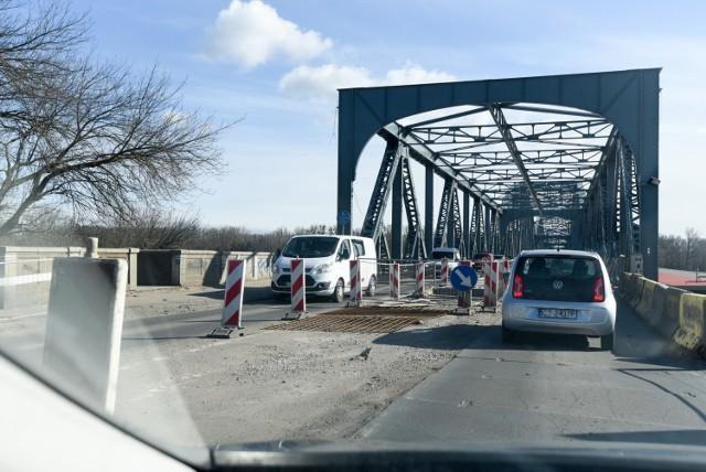 Pracownicy firmy remontującej toruński most będą w nocy z soboty na niedzielę i z niedzieli na poniedziałek kładli izolację płyty głównej