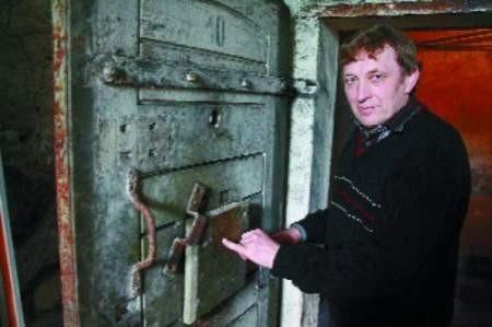 – To typowe więzienne drzwi zrobione w Legnicy jeszcze dla niemieckiego gestapo – mówi Zdzisław Abramowicz.  FOT. BERNARD ŁĘTOWSKI