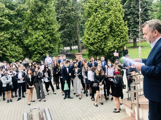 Tuż przed maturą 2020 z matematyki przed I Liceum Ogólnokształcącym imienia Tadeusza Kościuszki w Busku - Zdroju.