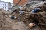 Tarnów. Na ulicy Katedralnej odkrywają ludzkie szczątki