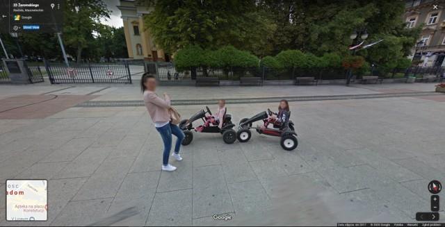 W Google Street View automatycznie zamazywane są ludzkie twarze i tablice rejestracyjne samochodów, ale na zdjęciach można rozpoznać siebie lub kogoś znajomego po charakterystycznej sylwetce, ubraniu lub miejscu. A może to ciebie upolowała kamera Google'a - na spacerze z psem, w czasie zakupów lub podczas rowerowej przejażdżki po radomskim deptaku?