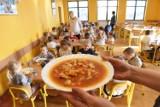 Szkolne stołówki walczą o przetrwanie i gotują na wynos. Dwudaniowy obiad z deserem za 7 zł