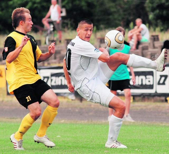 Pawłowicz (biała koszulka) zadebiutował w Otwocku