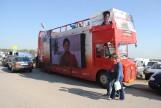 Czerwony autobus wozi kandydatów SLD