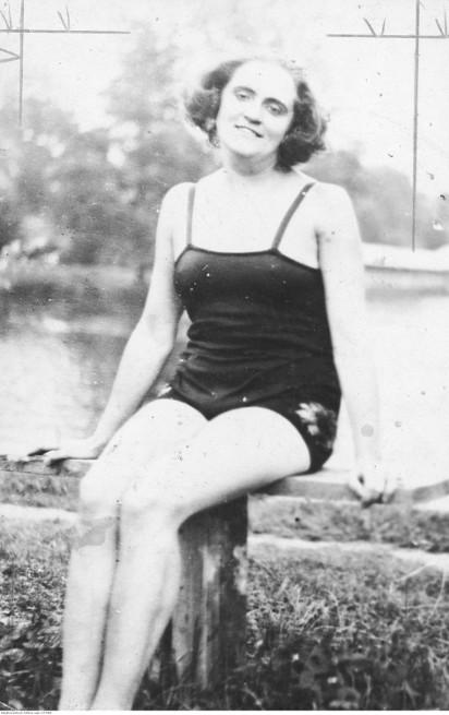 Stroje kąpielowe kiedyś i dziś - jakie kostiumy były modne dawniej? 100 lat mody plażowej