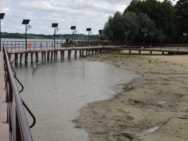 Poziom wody w jeziorze drastycznie się obniżył. Widać to na każdym kroku. Ale nie tylko to wpływa na spadek liczby turystów.