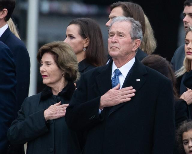 George Bush Junior wizytował Polskę trzykrotnie. Do historii przeszło szczególnie jedno z jego przemówień, to z 2001 roku. Podczas wystąpienia w Bibliotece Narodowej cytował on bowiem zespół Golec uOrkiestra - słynna orkiestra polska mówi światu, że na tym polu zbuduje swoje San Francisco, a tu na tym rżysku zbuduje mój bank - mówił prezydent USA.