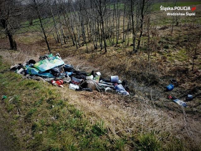 Dzikie wysypisko śmieci odkryto przy ul. Polnej w Gorzycach