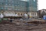 Stary Dworzec w Katowicach odzyskuje blask. Trwa remont największej części kompleksu. Przed budynkiem wybudowano schody