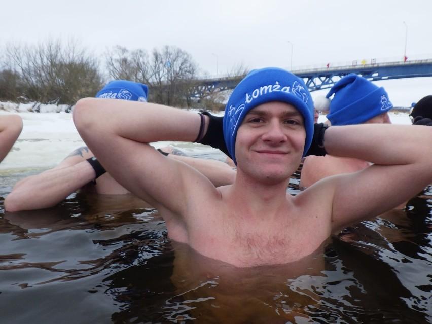 Walentynkowa kąpiel w zimnej rzece. Zobacz, jak świętowały łomżyńskie morsy [zdjęcia]