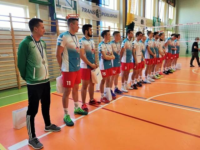 Gratulacje i wręczanie medali za awans dla siatkarzy UKS Kępa MOSiR Dębica.