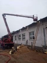 Pożar w stolarni w Łasku. W akcji kilka zastępów straży ZDJĘCIA
