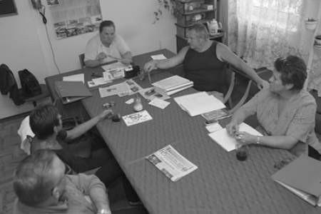 Barbara Kozińska i Ilona Ludas (pierwsza z prawej) wspólnie z pozostałymi członkami dąbrowskiego TOnZ-u zastanawiają się, jak przekonać władze do rozpoczęcia budowy.