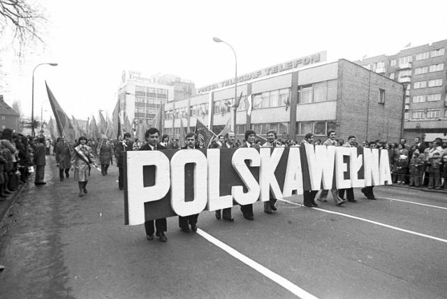 Archiwalne zdjęcia z pochodów pierwszomajowych w latach 70. i 80. ubiegłego wieku