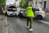 Czołowe zderzenie dwóch samochodów w centrum Tuchomia. Bytowska kronika policyjna
