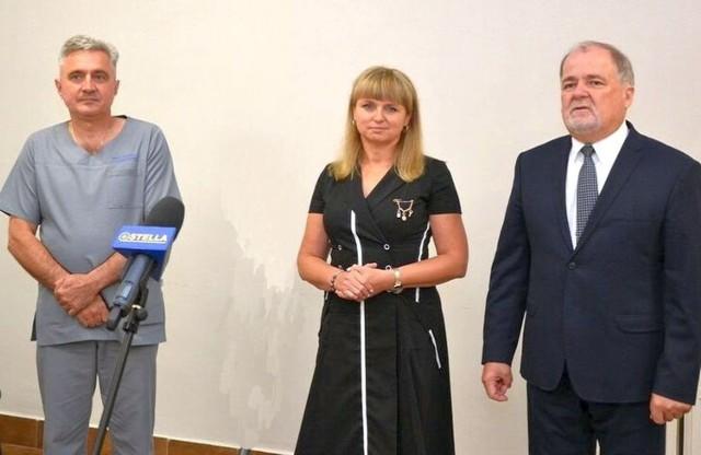 Z lewej Andrzej Komsa – zastępca dyrektora do spraw lecznictwa, dyrektor Monika Pachacz-Świderską, starosta Janusz Zarzeczny
