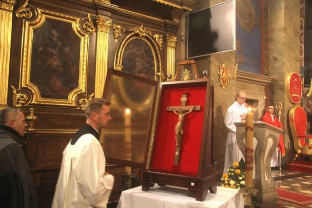 Krzyż Papieski Jana Pawła II nawiedził diecezję kielecką. W poniedziałek o godzinie 18 w procesji został uroczyście wprowadzony do bazyliki katedralnej w Kielcach.