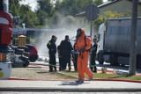 Rozszczelnił się zbiornik z kwasem solnym na jednej z ulic w Bełchatowie.