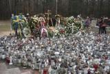 Grób Krzysztofa Krawczyka utonął w zniczach są ich setki. Żegnają go fani z całej Polski