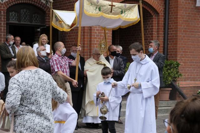 Procesja Bożego Cieała wokół kościoła pw. Matki Bożej Szkaplerznej w Kunicach