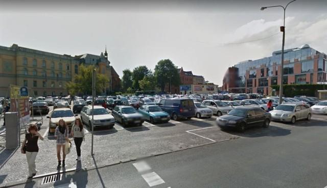 Plac Kopernika w 2012 roku, z galerią handlową Solaris jeszcze przed rozbudową rozpoczętą w 2018 roku.