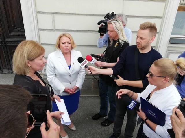 Zawiadomienie w sprawie biskupa Jana Tyrawy złożyły do prokuratury we wtorek kandydatki partii Wiosna