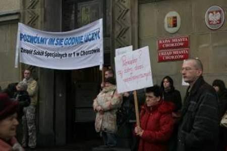 Przed Urzędem Miasta rodzice protestowali przeciwko zamknięciu szkoły.