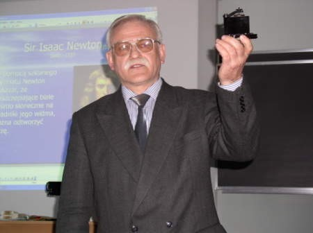Gdański naukowiec  Benedykt Kukliński nie tylko przygotował ciekawy wykład, ale i prezentował rozmaite urządzenia ze swej pracowni. Fot. Radosław Osiński