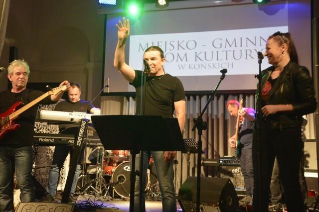 """Muzykom z """"Suflera"""", przede wszystkim wokaliście Zbigniewowi Bukowieckiemu od pierwszych chwil udało się nawiązać znakomity kontakt z publicznością  >>>ZOBACZ WIĘCEJ NA KOLEJNYCH SLAJDACH"""