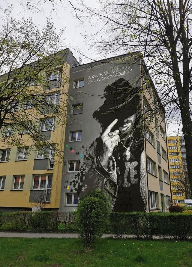 Wizualizacja postaci Ryśka Riedla na budynku bloku ulicy Filaretów 14 w Tychach.