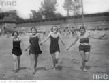 Tak dawniej spędzano upalnie dni w Warszawie. Letni wypoczynek na czarno-białych zdjęciach z archiwum