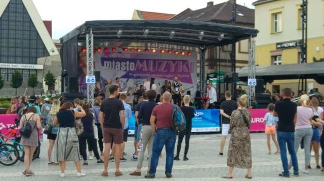 W ubiegłym roku mieszkańcy z ochotą przychodzili na rynek posłuchać brzmienia młodych muzyków