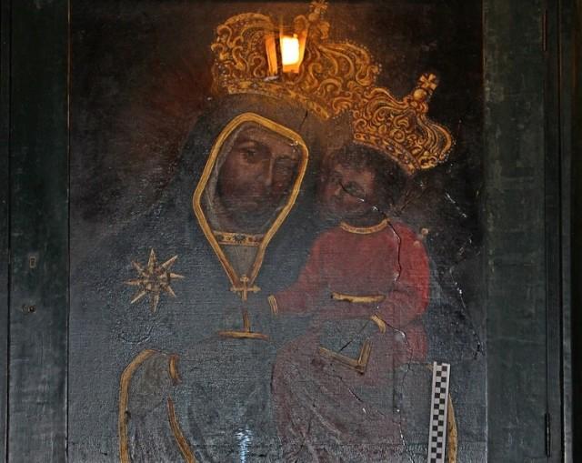 Obraz Matki Boskiej z Bramy Floriańskiej z widocznym pęknięciem szyby zabezpieczającej płótno