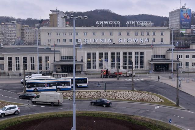 Osiem osób zatrzymanych w sprawie pobicia 23-latka na peronie dworca SKM Gdynia Główna