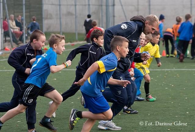 Młodzi piłkarze Górnika Nowe Miasto Wałbrzych przygotowują się do startu w turnieju Baltic Football Cup w Gdyni, pod okiem swojego trenera Sebastiana Racieniewskiego