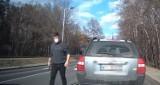 """Incydent na drodze pod Warszawą. Agresywny kierowca wybiegł z auta z pałką teleskopową. """"Poczuł się urażony, że go wyprzedziłem"""""""