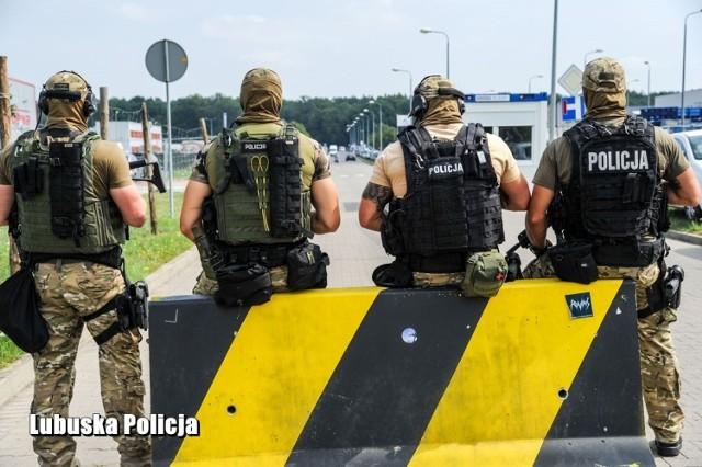 """Policyjna Operacja """"Kostrzyn 2019"""" związana z zapewnieniem bezpieczeństwa uczestnikom XXV edycji Pol'And'Rock Festival trwa już piątą dobę."""