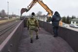 Hrubieszów. Służby graniczne znalazły papierosy schowane w rudzie żelaza