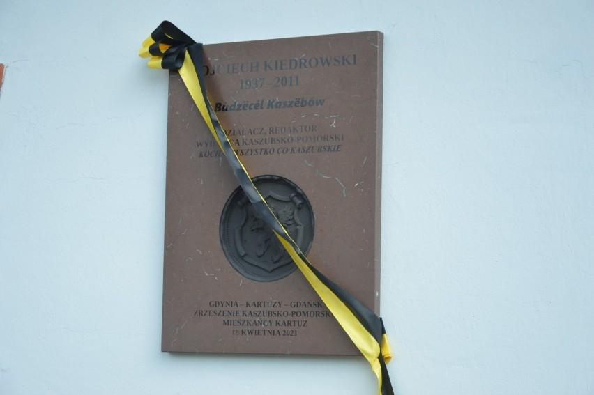 Tablica poświęcona Wojciechowi Kiedrowskiemu zawisła na murach Muzeum Kaszubskiego