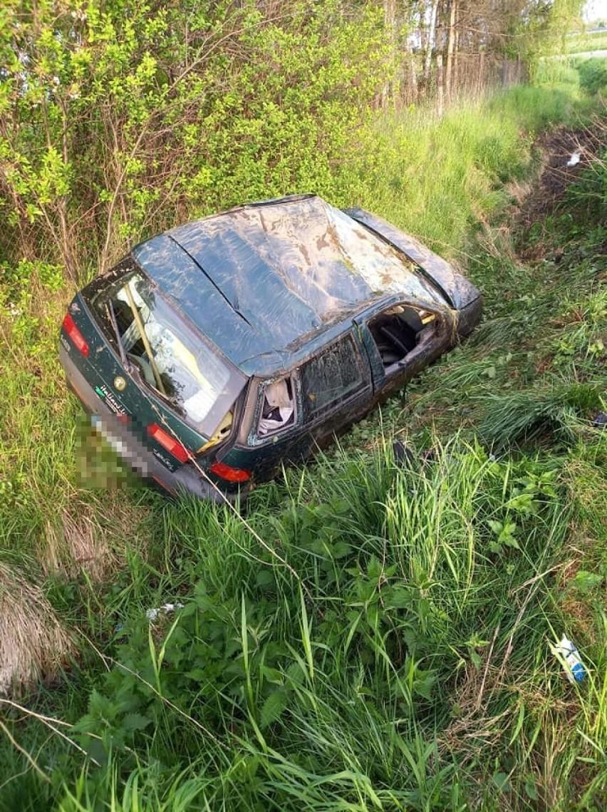 Dachowanie w Kiezmarku. Kierowca z prawie 3 promilami alkoholu. Rannych transportował śmigłowiec LPR |ZDJĘCIA