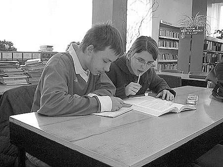 Rodzi się nowa tradycja - zamiast w domu, lekcje można odrobić w bibliotece.