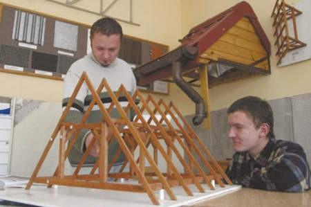 Jarek Krzemieniecki i Marian Stamburski zgłębiają tajniki budowy więźby dachowej.
