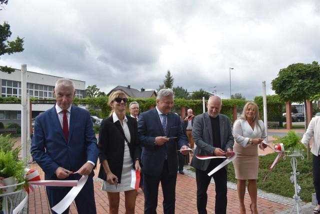 Uroczyste przecięcie wstęgi zainaugurowało działalność Biblioteki Publicznej MOKSiR w Chełmku w nowej siedzibie