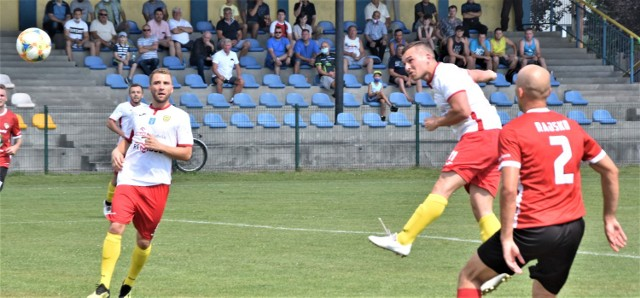 Patryk Mendela (w środku) najlepszy na boisku zawodnik postawił pieczęć na wygranej MKS Trzebinia nad Rajskiem.