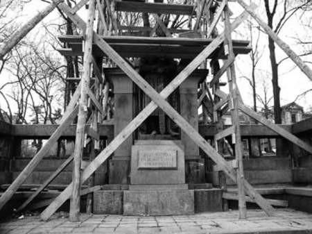 Na wiosnę pomnik będzie jak nowy.