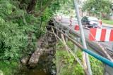 Wałbrzych: Rzeka podmyła ulicę Orkana. Utrudnienia w ruchu (ZDJĘCIA)