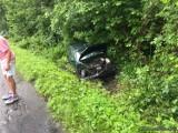 Wypadek w Gołkowicach: młody kierowca wyleciał autem na łuku drogi i doprowadził do czołowego zderzenia
